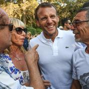 À Bormes-les-Mimosas, les vacanciers guettent la sortie du couple Macron