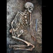 Des os mystérieusement décorés sur une femme enterrée il y a 4000 ans