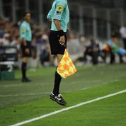 Un spectateur prend la place d'un arbitre blessé pendant un match de National