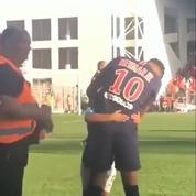 Le câlin émouvant de Neymar à un jeune supporter