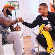 LeBron James rencontre Kyllian Mbappé lors de sa visite à Paris