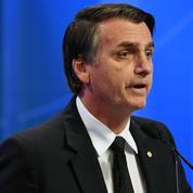 Brésil : le candidat d'extrême droite Bolsonaro quitte l'hôpital sur fond de manifestations