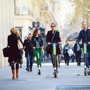 Trottinettes électriques: à Paris, 135 euros d'amende si on roule sur les trottoirs