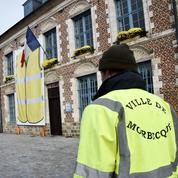 Nord: un élu affiche un gilet jaune géant sur la façade de sa mairie