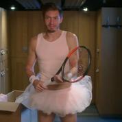 Nicolas Mahut en tutu rose dans une pub promotionnelle pour la Coupe Davis