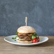 Le burger ne fait qu'une bouchée de notre sandwich tricolore