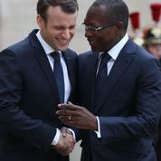 Emmanuel Macron temporise sur le dossier des restitutions d'œuvres d'art à l'Afrique