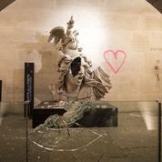 Ce que nous avons vu à l'intérieur de l'Arc de triomphe saccagé