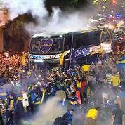La folie des supporters de Boca Juniors au départ de son car avant la finale de Copa Libertadores