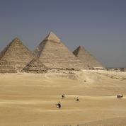 Nus au sommet de la pyramide de Khéops: les autorités égyptiennes dénoncent un «crime»