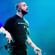Une vidéo montre Drake embrassant une fan de 17 ans à l'un de ses concerts