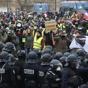 «Gilets jaunes» : plus de manifestants à Paris, une centaine de personnes arrêtées