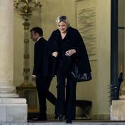 Marine Le Pen accuse Emmanuel Macron d'exclure les maires RN du grand débat