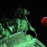 Les images spectaculaires de la «super lune de sang»