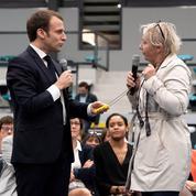 À Pessac, Macron pris à partie par une «gilet jaune» qui tente de lui offrir un collier