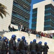 Présidentielle algérienne: les adversaires se désistent face à un candidat fantôme