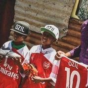 Le beau geste d'Özil qui offre un maillot d'Arsenal à un jeune kenyan