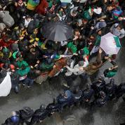 À Alger, encore des centaines de milliers de manifestants malgré la pluie