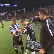 Gravement blessé, le capitaine du PAOK Salonique entre en jeu pour célébrer le titre