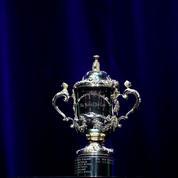 Le trophée de la Coupe du monde de rugby béni par des moines au Japon
