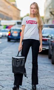 Une mannequin portant le tee-shirt Levi's.