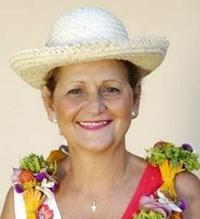 L'ancienne députée de Polynésie Béatrice Vernaudon apparaît souvent vêtue d'un chapeau ou d'une couronne traditionnelle.