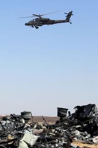 Un hélicoptère survole les débris de l'avion, dans le Sinaï, dimanche.