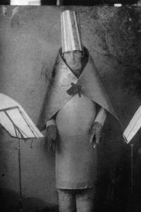 Hugo Ball portant le costume «cubiste» au Cabaret Voltaire en 1916.