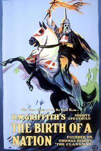 Affiche du film <i>Naissance d'une nation</i>, 1915. Le cavalier brandit l'emblème du Ku Klux Klan.