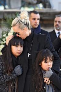 Depuis dix jours, les soutiens de la veuve du chanteur se sont succédé dans les médias.