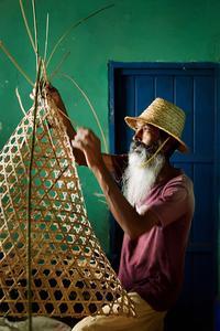 A Poudre d'Or, l'un des derniers tisseurs de casiers en bambou, toujours utilisés par les pêcheurs.