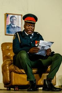 L'acteur Charles Munganasa joue le général Costantino Chiwenga.