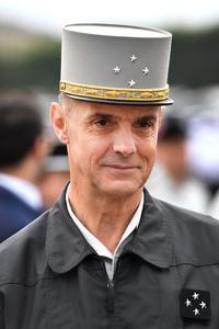 le gouverneur militaire de Paris, le général Bruno Le Ray, chef d'orchestre de la cérémonie.