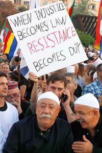 «Quand l'injustice devient la loi, la résistance devient un devoir», lit-on sur cette pancarte brandie par un manifestant druze, samedi.
