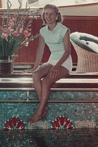 Tina Onassis au bord de la piscine de son yacht, à Monaco.