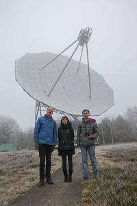 De gauche à droite, Jan van Muijlwijk (PA3FXB) , Hu Chaoran (BG2CRY) et Mingchuan Wei (BG2BHC) devant le télescope de Dwingeloo, aux Pays-Bas.
