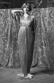 Modèle en robe Delphos, vers 1920.