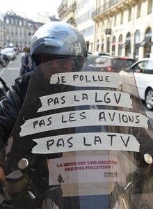 Les conducteurs affichaient plusieurs slogans sur leur véhicule, comme ici à Bordeaux.