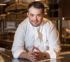 Jean-François Piège lance fin septembrele Clover Grill, dédié à la cuisine au feu de bois, dans le Ier arrondissement de Paris.