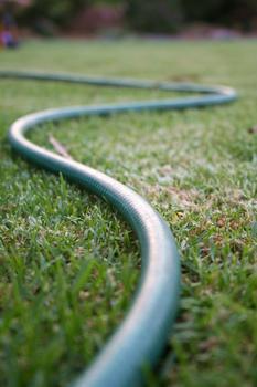 Un simple tuyau d'arrosage permet de délimiter le tracé.
