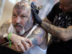 Hard rock, métal, rap : le Mondial du tatouage de Paris monte le son