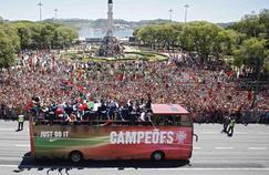 Les champions d'Europe fêtent la victoire de la sélection avec leurs compatriotes à Lisbonne.