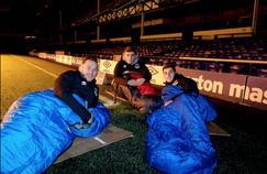 Sur des cartons ainsi que dans des sacs de couchage, certains joueurs ont dormi sur la pelouse alors que d'autres ont opté pour les tribunes.