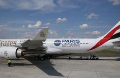 Un avion Emirates avec le logo du PSG.