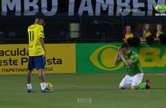 Un adversaire supplie Neymar (à gauche) de ne pas l'humilier mais...