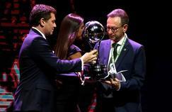 Plinio David de Nes (président de Chapecoense) a reçu mercredi le trophée de la Copa Sudamericana.