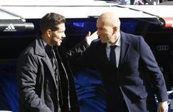 Diego Simeone (à gauche) a été élu entraîneur de l'année 2016 par l'IFFHS. Zinédine Zidane termine deuxième du classement mais aurait sans doute mérité mieux.