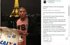 «Merci pour ce fantastique cadeau, Roi», a déclaré Kylian Mbappé sur Instagram à propos de Pelé, qui lui a offert son maillot.