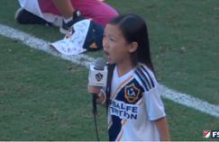 La jeune fille, Malea Emma, a brillamment interprété l'hymne américain avant le match du LA Galaxy.