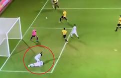 Habib Habibou prend des nouvelles de son coéquipier au moment où le ballon file dans la surface.